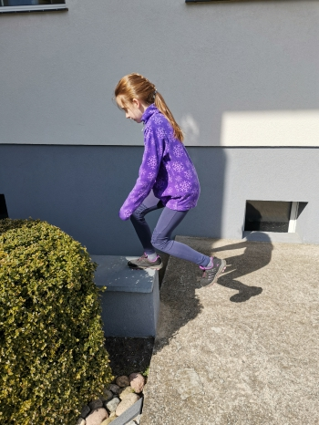 ćwiczenie 7 Wchodzenie na podwyższenie i schodzenie lewa i prawa noga